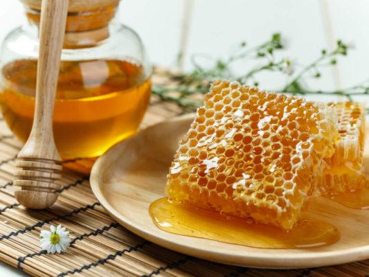 5 beneficios de la miel con propóleo para el manejo de la gripa